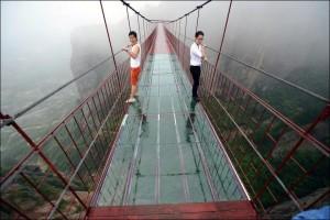 В Китае треснул мост из стекла во время посещения его туристами